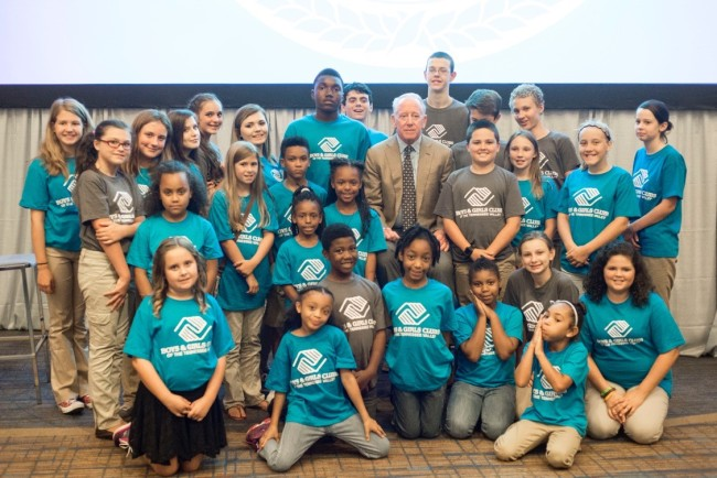 Archie Manning with members of the Boys & Girls Clubs of the Tennessee Valley. (Photo by BGCTNV)